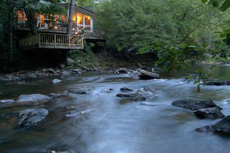 Riverfront Retreat Provides Solace near Asheville - Dům