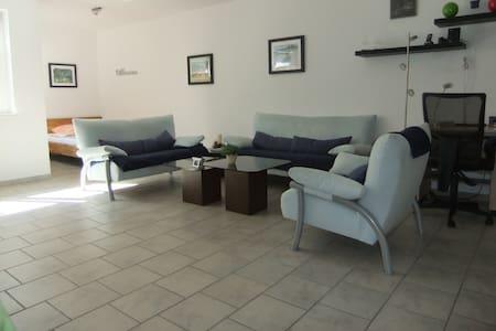 Modern möbliertes  50 qm Souterrain-Apartment - Wohnung