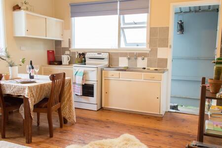 Wombarra Beach Guesthouse- light filled & clean - Wohnung