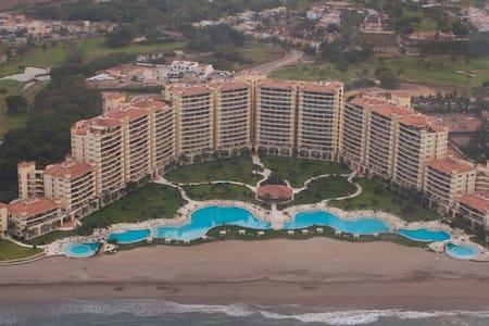 Beautiful Beachfront Apartment, Spacious Terrace! - Puerto Vallarta - Byt