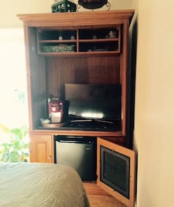 Sunny, spacious bedroom w/ balcony - Seneca - Casa
