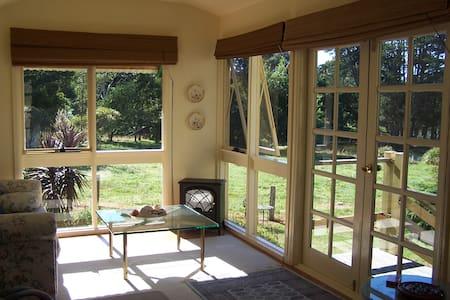 Serene Lakeside Garden Cottage - Robertson - Hus