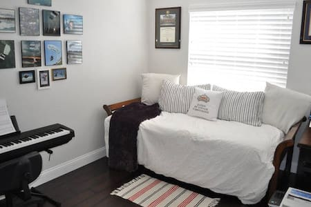 Quiet room minutes from the new outlets and malls. - Haus