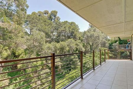 Beautiful private master bedroom w/private balcony - Oakland - House