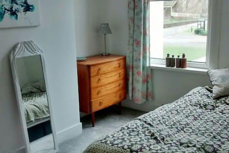 Comfortable bedroom - Kingsize bed - London - House