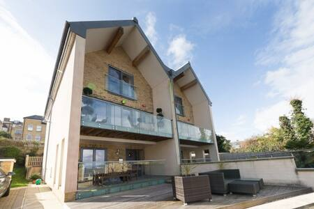 Mornington Mews is a 5 bedroom architect designed house in a quiet small gated development next to Cowes beach and green, just a short walk from Cowes High Street with its boutique shops and bars. A perfect place to relax and enjoy the sea views.