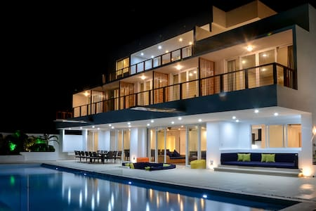 8 bedroom luxury villa with pool - Huis
