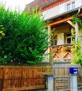 Chambre dans maison avec jardin + petits déjeuners - Saint-Céré - Casa