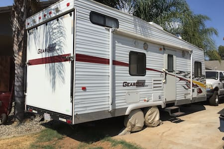 RV trailer in quiet neighborhood - Camping-car/caravane