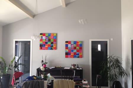 1 chambre dans villa moderne - Hus