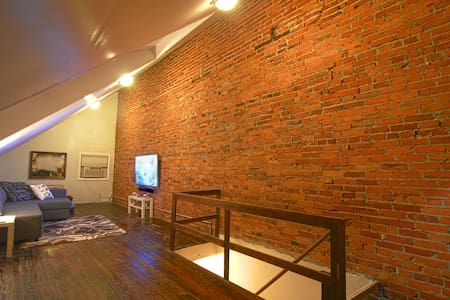 Spacious loft with 60in TV - Wilmington - Casa