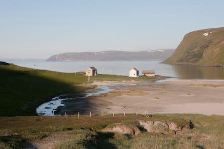 Eidegaarden - huge arctic landscape - Akkarfjord - Huis