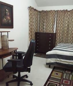 Lovely Master Bedroom near JF & Hillsboro Airport - Hillsboro - Hús