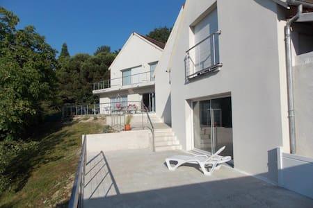 studio avec vue sur la vallée de la Loire - Byt