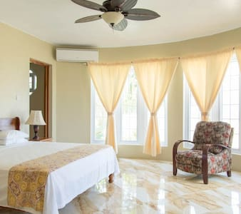 Waters Edge Villa - 2 queen beds - Villa