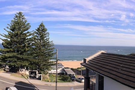 Idyllic beach house - great views 50m to the sand! - Forresters Beach - Hus