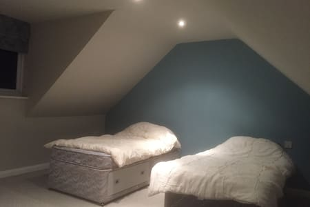 We have a massive loft space - Kidderminster - Casa