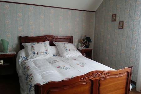 Grande chambre privée avec jolie vue - Farnay