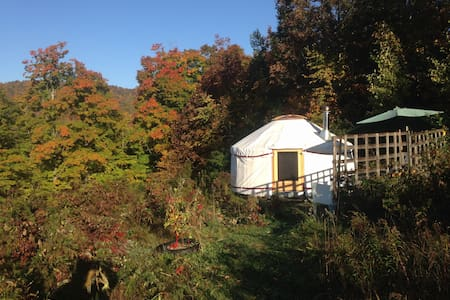 4 season Upper Yurt Stay on a VT Small Farm - Rundzelt
