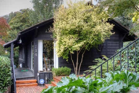 Enjoy our amazing, updated & modern design cottage, located blocks from many of Seattle's best sites! The house is surrounded by million $ homes w/ easy access to downtown. Located on Queen Anne Hill, one of Seattle's most sought-after neighborhoods.