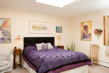 Queen Bed in Art Gallery - Bed & Breakfast