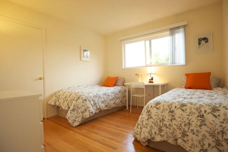 The room was decorated in a peaceful cozy style. It has two very comfortable twin size beds. The location is very convenient, restaurants, walking trail, big companies, highway 101 and 92, bus transmutations are one block away, lots of parking.