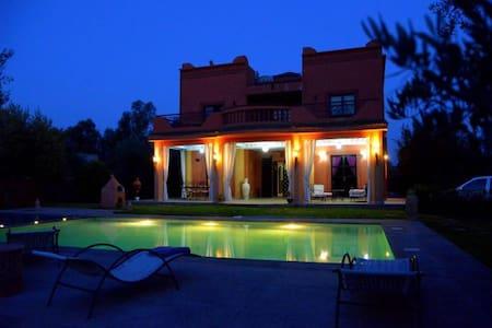 villa avec piscine devant  l atlas - Villa