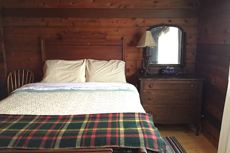 Cedarbelle - Cozy Cabin on 12 Acres - Desboro