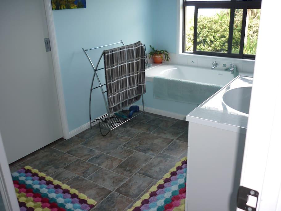 Main bathroom, bath & shower, with veiws