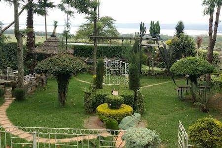 3rooms. Lake Nakuru at my backyard - Ház