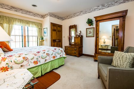 Blue Jay Manor B&B - Augustine Room - Michigan City