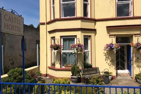 2 single beds in 1 room in Castle Hostel - Ballycastle - Byhus