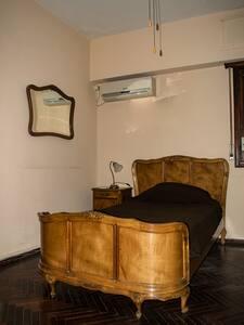 Amplia y luminosa habitación. Parque Rodó - Montevideo - Huis