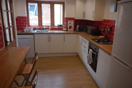 Quirky, 2 double bedroom cottage in village centre - Titchfield - House