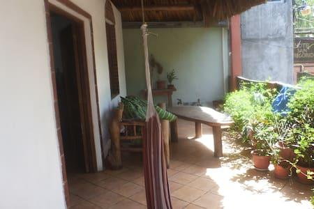 cuartos en casa privada con terraza - Monterrico - House