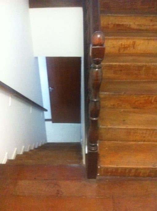 Hall de Entrada: 2 piso (Salas, Lavabo, Cozinha, Lavanderia e Porta de Serviço) 1 Piso ( Quartos, Banheiro Social e Suíte).