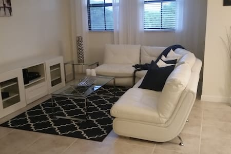 Modern room near Dolphin mall & Airport - Townhouse
