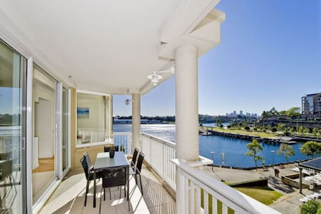 Waterfront luxury room, water views, mins to CBD - Daire