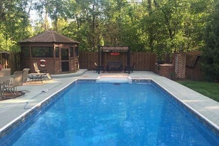 House with heated pool - Monroeville - 独立屋