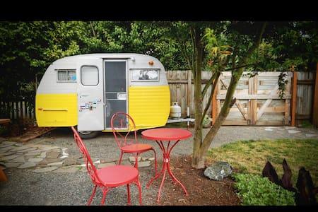Clean and Cozy Vintage Camper - Autocaravana