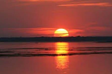 Sunset View Lakeside Retreat - Haus