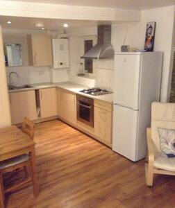 Great 2 bed apt, mins from M1 J8.
