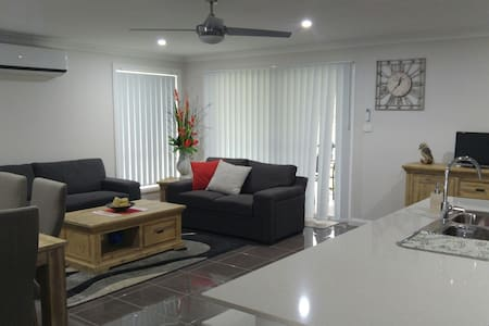 Brand new modern home in Tamworth, ready for TCMF. - Maison