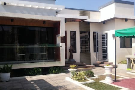 Modern Villa near city center - Casa de campo