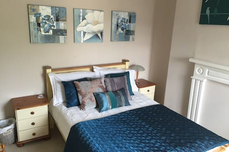 Private double room in Antrim town - House