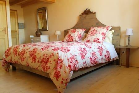 Chambre d'hôte de Laurette-Les milles roses (4prs) - Gästehaus