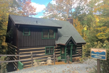 JUST LISTED - Luxurious Moose Creek Lodge - Hytte