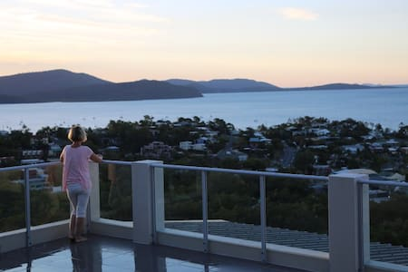 Skyview Penthouse with stunning ocean views - Airlie Beach - Apartment