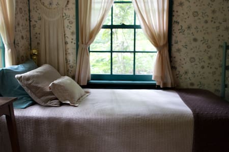 Chinquapin Inn - Bedroom w/ 2 Twins - Bed & Breakfast