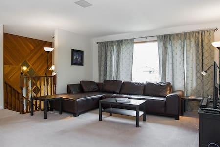3 bedroom main-floor suite w/ King. - Sherwood Park - Huis